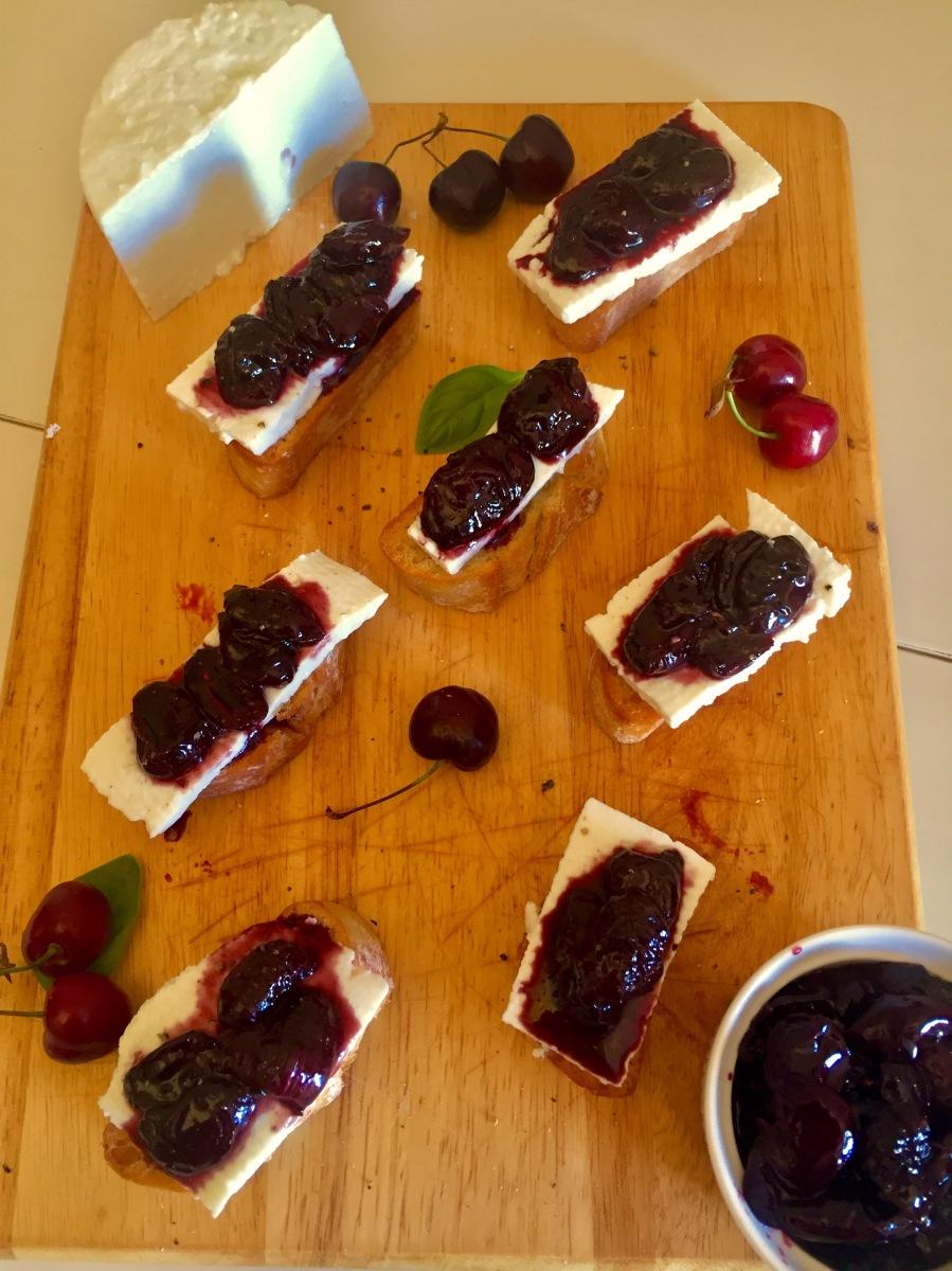 Crostini de Cereja assada com vinagre balsamico e queijo de cabra