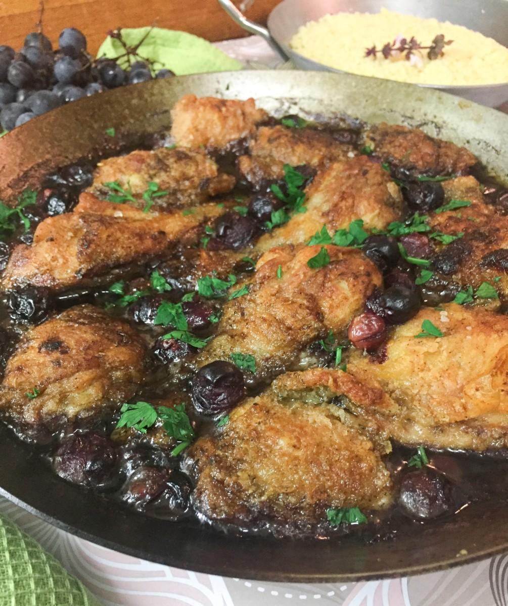 Coxas de frango na frigideira com uvas e cebola caramelizada
